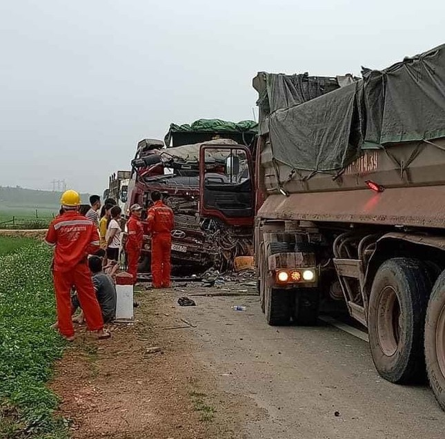 Nghệ An: Xe tải đấu đầu, 2 người tử vong ảnh 2