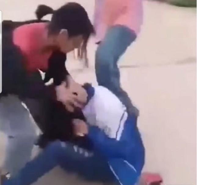 Xôn xao clip nhóm nữ sinh hành hung bạn trên đường ảnh 1