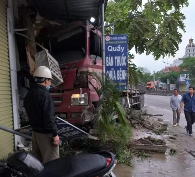 Xe tải mất lái đâm vào nhà dân bên quốc lộ 1A ảnh 1