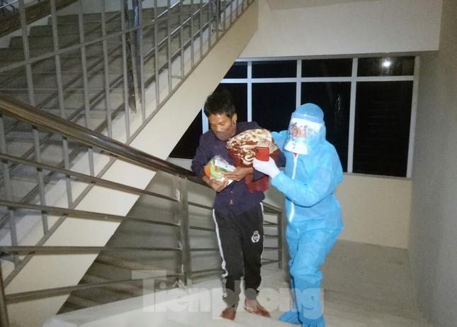 Trắng đêm đón công dân về nước tránh dịch COVID-19 ảnh 4