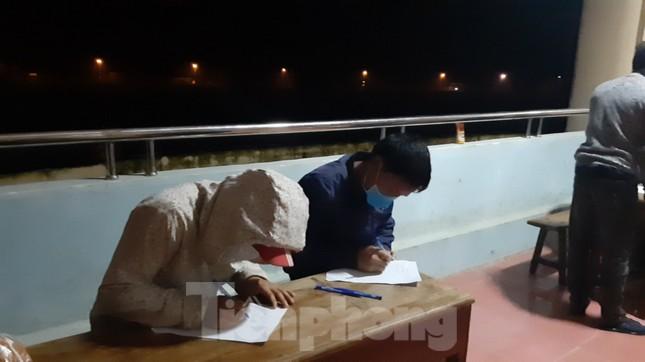 Trắng đêm đón công dân về nước tránh dịch COVID-19 ảnh 3