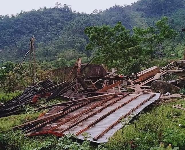 Lốc xoáy cuốn sập nhà, người dân biên giới sống cảnh 'màn trời chiếu đất' ảnh 2