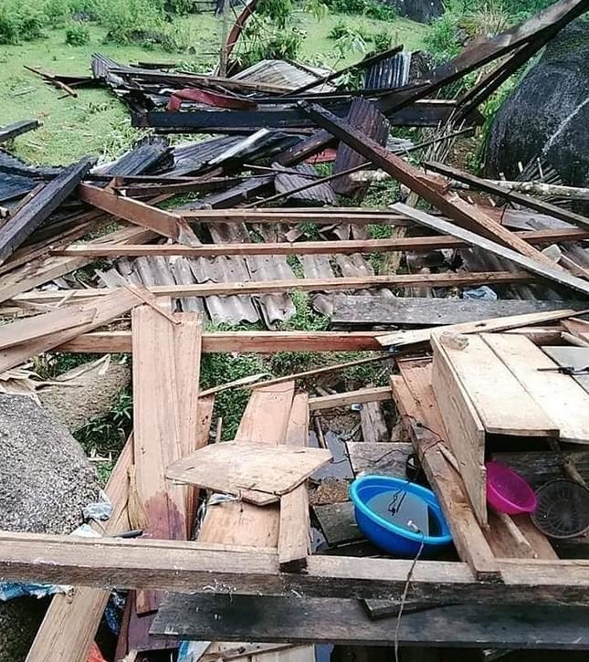 Lốc xoáy cuốn sập nhà, người dân biên giới sống cảnh 'màn trời chiếu đất' ảnh 4