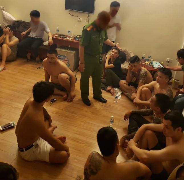 """Ập vào khách sạn lúc rạng sáng, cảnh sát bắt giữ 12 đối tượng đang """"phê"""" ma túy ảnh 1"""