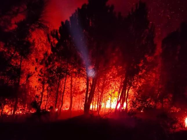 Cận cảnh đám cháy khiến 2.000 người căng mình dập lửa trong đêm ảnh 1