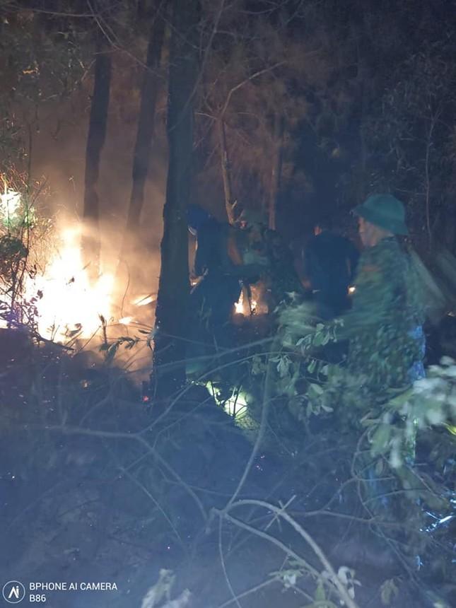Cận cảnh đám cháy khiến 2.000 người căng mình dập lửa trong đêm ảnh 6