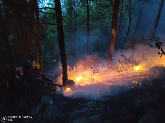 Cận cảnh đám cháy khiến 2.000 người căng mình dập lửa trong đêm ảnh 7