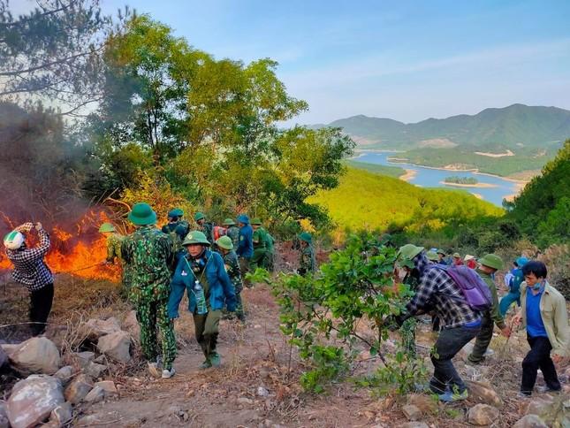 Cận cảnh đám cháy khiến 2.000 người căng mình dập lửa trong đêm ảnh 5