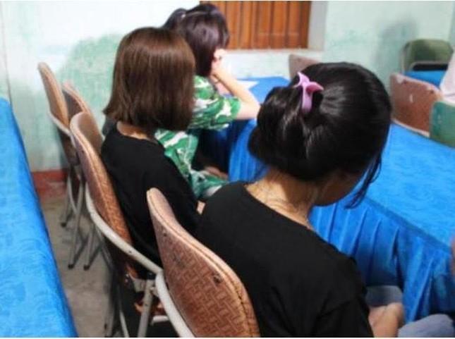 4 bé gái may mắn được giải cứu khi bị dụ dỗ làm nhân viên quán karaoke ảnh 1