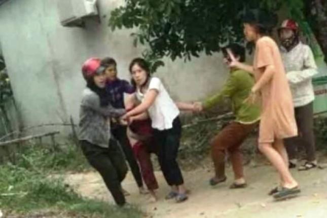 Người đàn bà bị nhóm phụ nữ đánh, lột đồ kéo lê giữa đường nghi mâu thuẫn tiền bạc ảnh 1