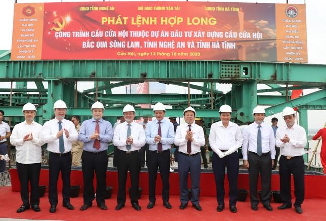 Hợp long cầu Cửa Hội bắc qua sông Lam nối 2 tỉnh Nghệ An, Hà Tĩnh ảnh 1