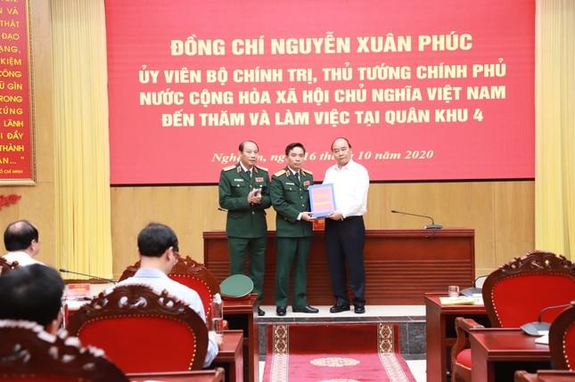 Thủ tướng Nguyễn Xuân Phúc làm việc với tỉnh Nghệ An và Quân khu 4 ảnh 2