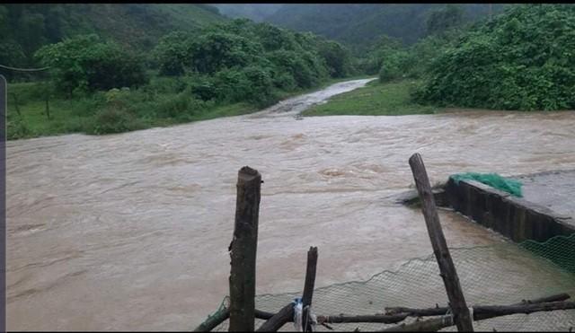 Mưa lớn gây sạt lở, nhiều tuyến đường ở Hà Tĩnh - Nghệ An bị chia cắt ảnh 8