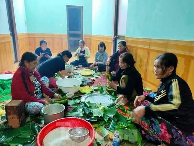 Ấm lòng những nồi bánh chưng cứu đói dân vùng lũ ảnh 6