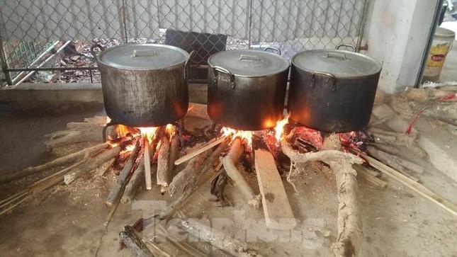 Ấm lòng những nồi bánh chưng cứu đói dân vùng lũ ảnh 12