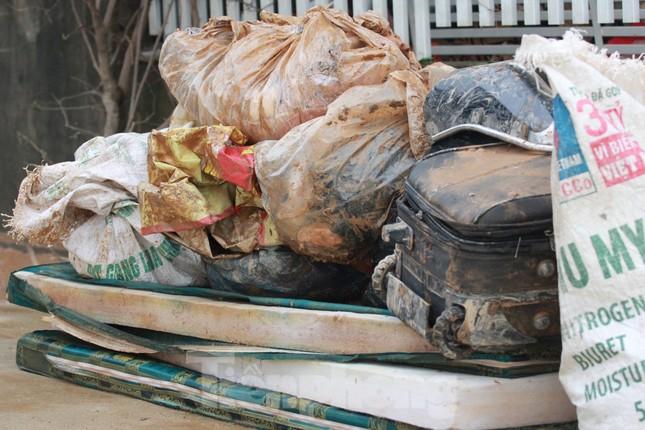 Sau lũ, rác thải tràn ngập, nguy cơ bùng phát dịch bệnh cao ảnh 10