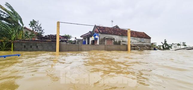 Sống trên nóc nhà, người dân Quảng Bình khắc khoải chờ lũ rút ảnh 10