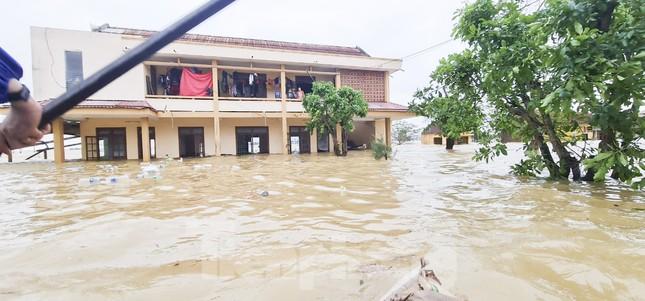 Sống trên nóc nhà, người dân Quảng Bình khắc khoải chờ lũ rút ảnh 11