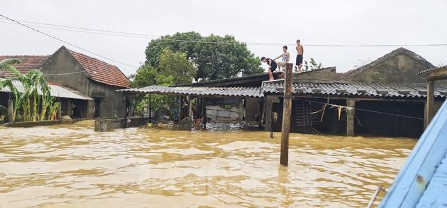 Sống trên nóc nhà, người dân Quảng Bình khắc khoải chờ lũ rút ảnh 12