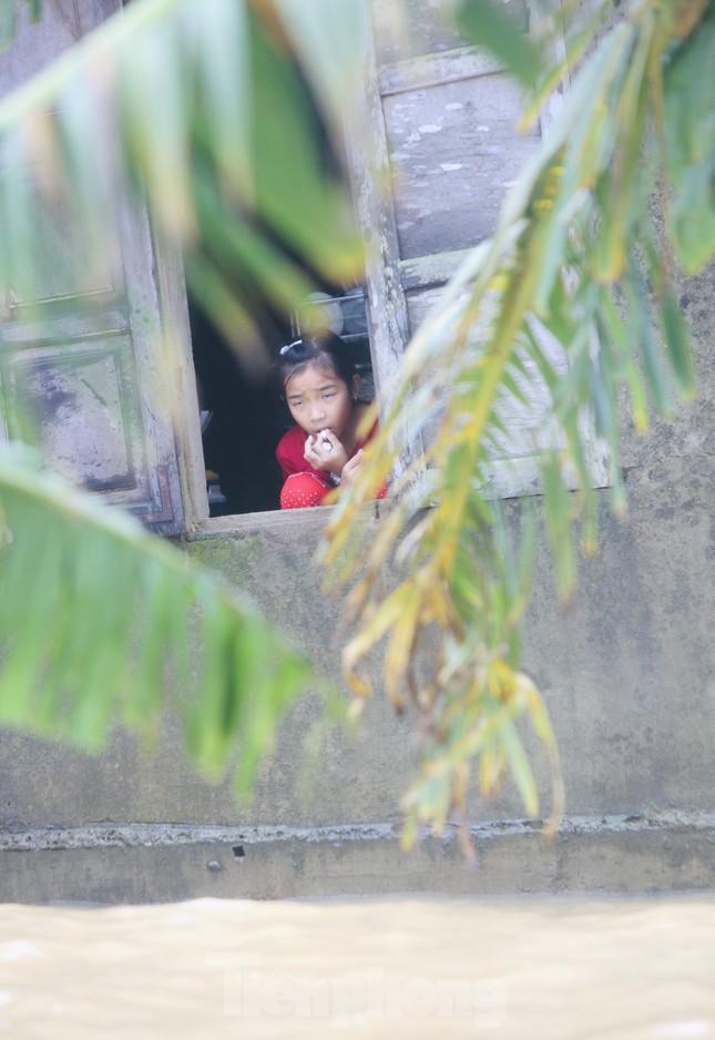 Sống trên nóc nhà, người dân Quảng Bình khắc khoải chờ lũ rút ảnh 14