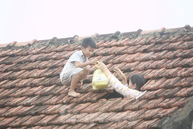 Sống trên nóc nhà, người dân Quảng Bình khắc khoải chờ lũ rút ảnh 1