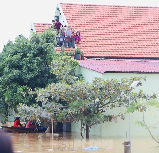 Sống trên nóc nhà, người dân Quảng Bình khắc khoải chờ lũ rút ảnh 2
