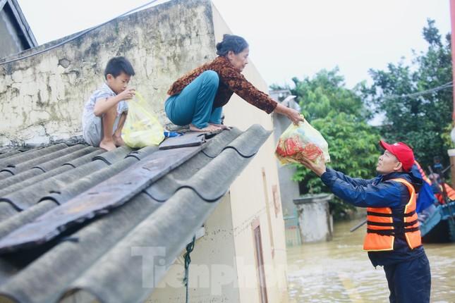 Sống trên nóc nhà, người dân Quảng Bình khắc khoải chờ lũ rút ảnh 3