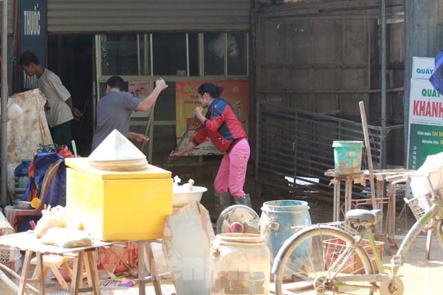Sau lũ, rác thải tràn ngập, nguy cơ bùng phát dịch bệnh cao ảnh 4