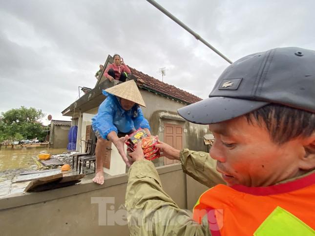 Sống trên nóc nhà, người dân Quảng Bình khắc khoải chờ lũ rút ảnh 4