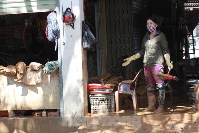 Sau lũ, rác thải tràn ngập, nguy cơ bùng phát dịch bệnh cao ảnh 8