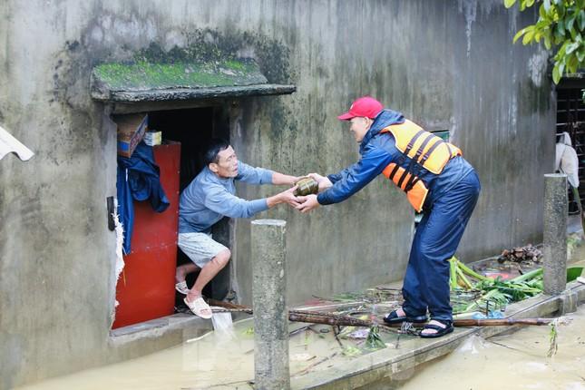 Sống trên nóc nhà, người dân Quảng Bình khắc khoải chờ lũ rút ảnh 5