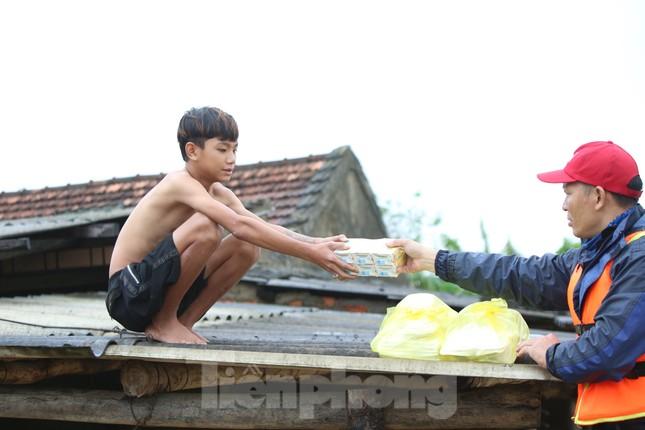 Sống trên nóc nhà, người dân Quảng Bình khắc khoải chờ lũ rút ảnh 6