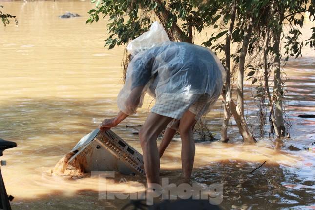 Sau lũ, rác thải tràn ngập, nguy cơ bùng phát dịch bệnh cao ảnh 6