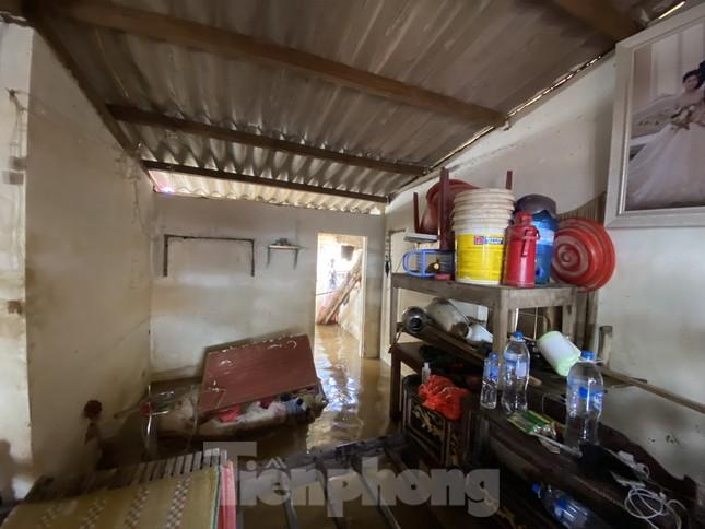Cận cảnh nhà cửa của người dân quê nghèo tan hoang sau lũ lịch sử ảnh 1