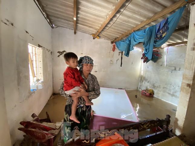 Cận cảnh nhà cửa của người dân quê nghèo tan hoang sau lũ lịch sử ảnh 3