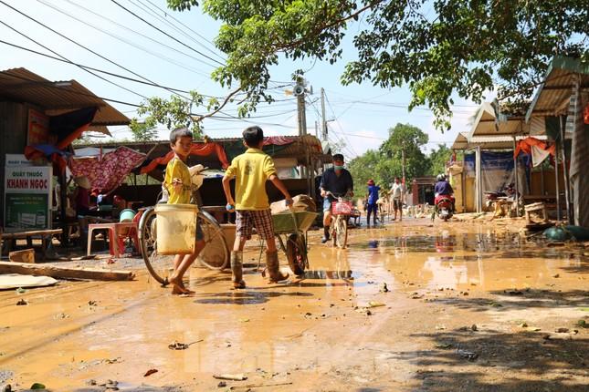 Sách vở bị lũ cuốn trôi, học sinh rốn lũ Quảng Bình khó khăn trước ngày trở lại trường ảnh 3