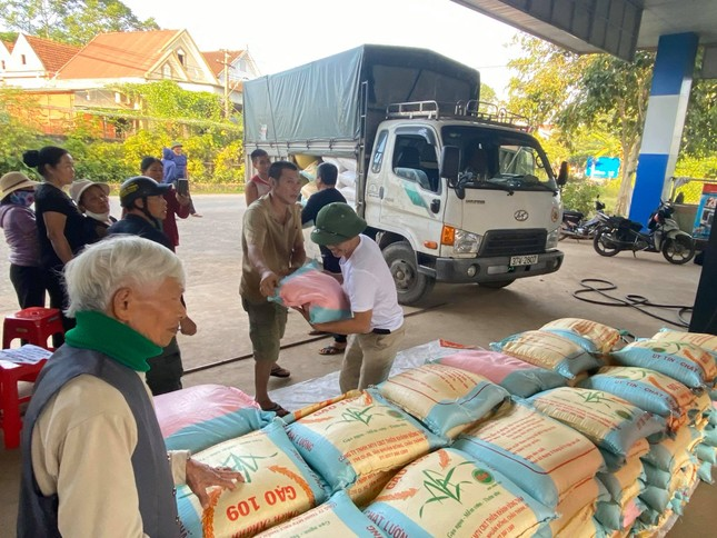 Cụ ông 98 tuổi kêu gọi con cháu ủng hộ 3 tấn gạo cho đồng bào miền Trung ảnh 1