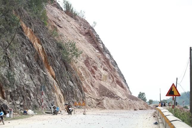 Nổ mìn phá đá thông tuyến trên quốc lộ 46 ảnh 4