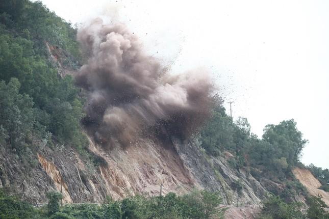 Nổ mìn phá đá thông tuyến trên quốc lộ 46 ảnh 5