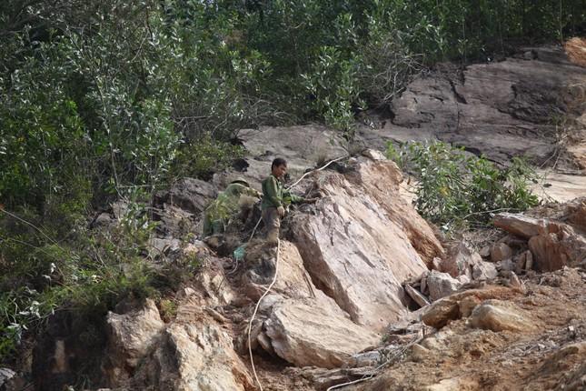 Nổ mìn phá đá thông tuyến trên quốc lộ 46 ảnh 3