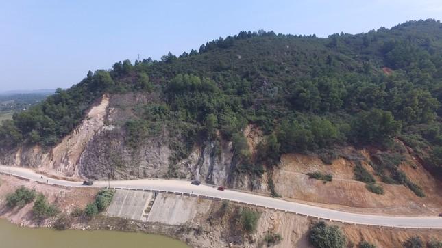 Nổ mìn phá đá thông tuyến trên quốc lộ 46 ảnh 7