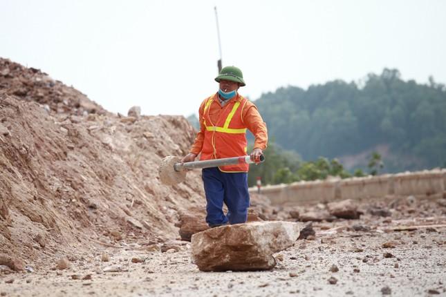 Nổ mìn phá đá thông tuyến trên quốc lộ 46 ảnh 8