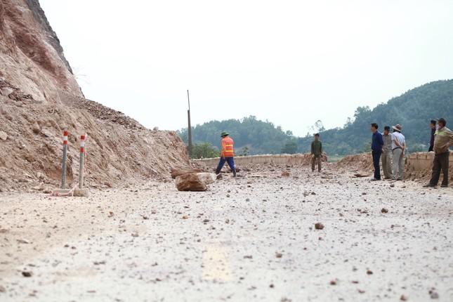 Nổ mìn phá đá thông tuyến trên quốc lộ 46 ảnh 10