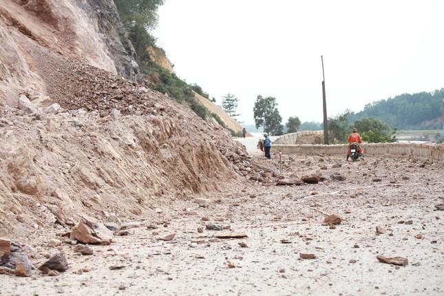 Nổ mìn phá đá thông tuyến trên quốc lộ 46 ảnh 9