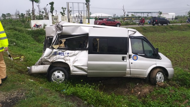 Xe container đâm văng xe khách 16 chỗ xuống ruộng, nhiều người bị thương nặng ảnh 1