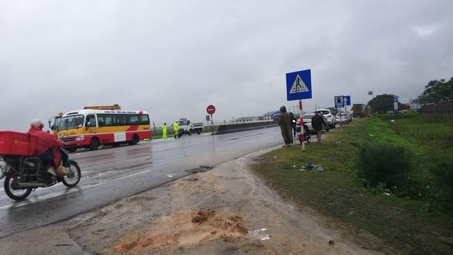 Xe container đâm văng xe khách 16 chỗ xuống ruộng, nhiều người bị thương nặng ảnh 2