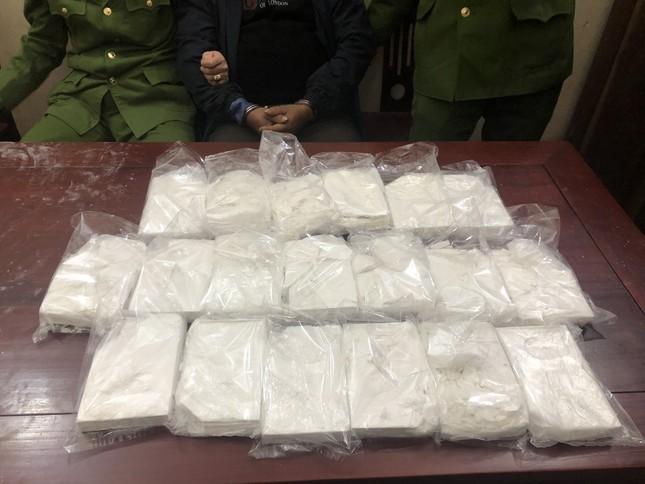 Trinh sát dầm mưa trong đêm mật phục bắt giữ đối tượng mua bán 19 bánh heroin ảnh 1