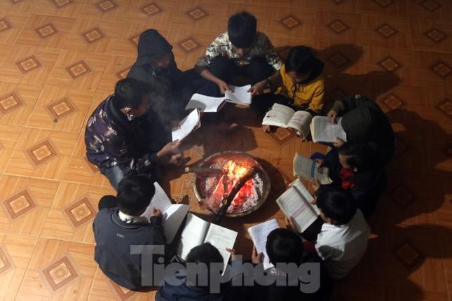Buốt lạnh vì rét, học sinh miền núi đốt củi sưởi ấm học bài ảnh 5