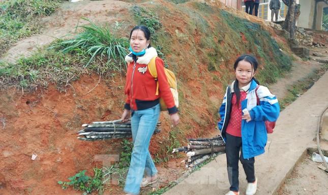 Buốt lạnh vì rét, học sinh miền núi đốt củi sưởi ấm học bài ảnh 1