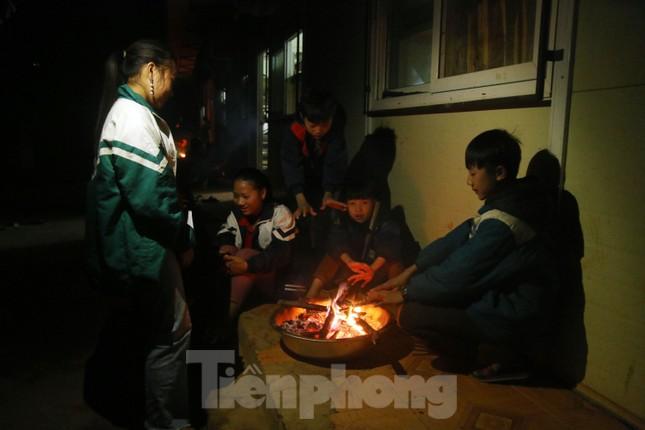 Buốt lạnh vì rét, học sinh miền núi đốt củi sưởi ấm học bài ảnh 7